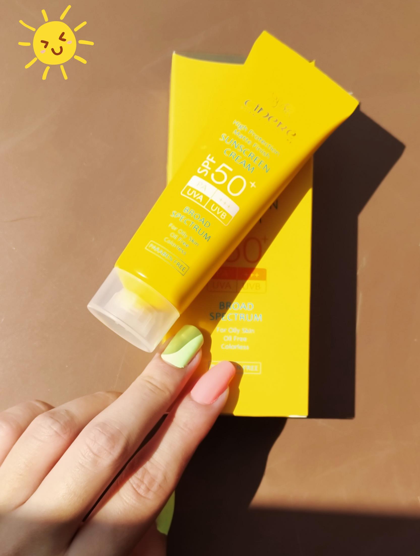 عکس تست کرم ضد آفتاب SPF50+ بدون رنگ فاقد چربی مناسب پوست چربسینره